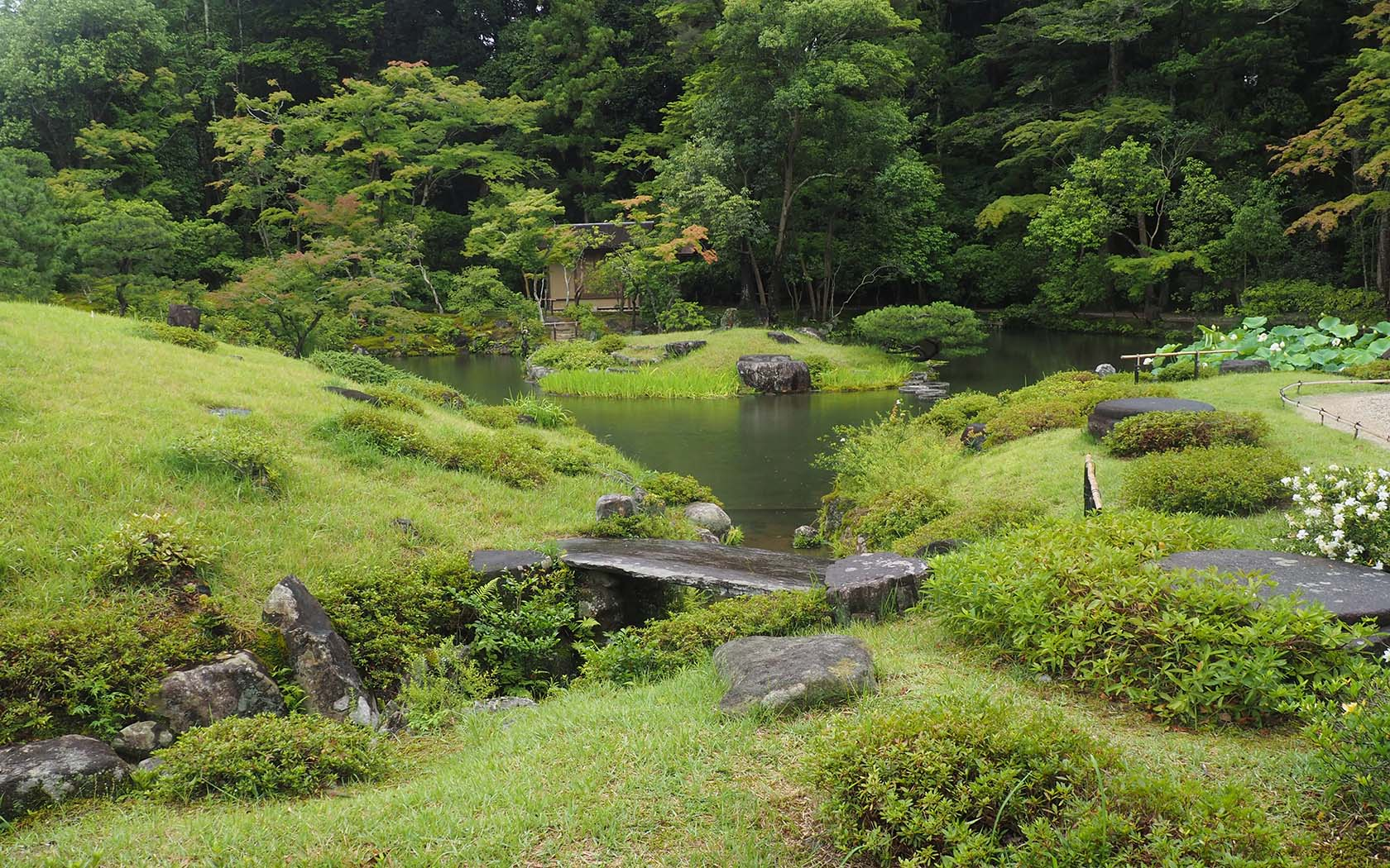 Japans Isuien Garden Provides Peaceful Respite From Its Busiest - Back garden